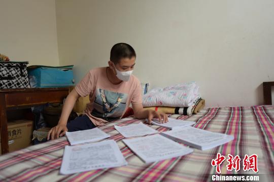 2016年3月,长期住校的张峰基突然喉咙疼、脖颈肿胀,向学校请假后,王芳芳带着他去洪洞县的医院检查,当地建议转至大医院。张峰基被确诊为急性髓系白血病,需住院化疗。 范丽芳 摄