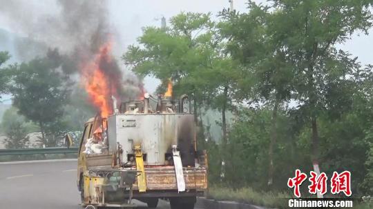 13日9时50分,山西省灵石县南(王中)马(和)公路发生一起公路画线车火灾事故,该车车载的6具液化气罐,因软管断裂被柴油发电机引燃其中两具。消防供图