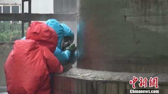 随着木锤对软木塞的一次次击打,木塞终于被嵌入罐体破裂部位。由于罐体内浓硫酸储量大、对罐底部位形成的压力也大,为防止木塞被压挤而脱落,突击队员又采用捆绑式堵漏器材对罐体破裂部位进行了二次加固。 消防供图