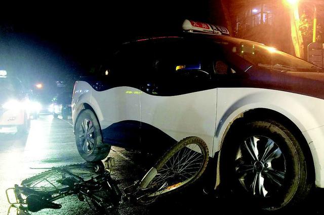 太原50岁老人酒后骑车撞上出租车(图)