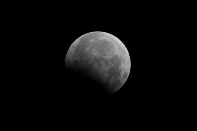 山西太原夜空上演月偏食