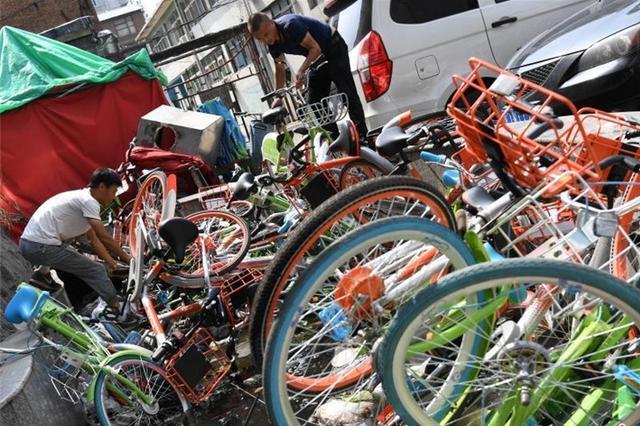 """太原:共享单车被丢弃 小区""""池满为患"""""""
