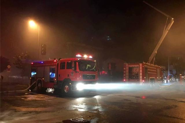 太原东华门一拆迁楼发生火灾 无人员被困