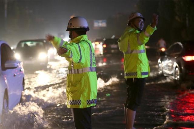 山西运城遭遇强降雨 交警雨涝中值守保畅通