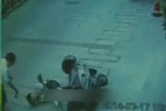 监拍玻璃高空坠下砸中路人致其不治身亡