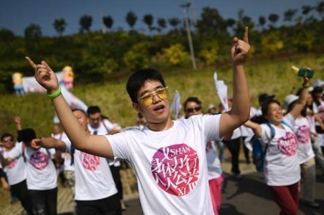 """山西300余名志愿者""""爱滋徒步""""呼吁关注艾滋病群体"""
