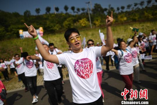 9月17日,山西太原,300余名志愿者以徒步的方式筹募善款,用于资助生活困难或治疗经费紧张的艾滋病感染者和患者。 韦亮 摄