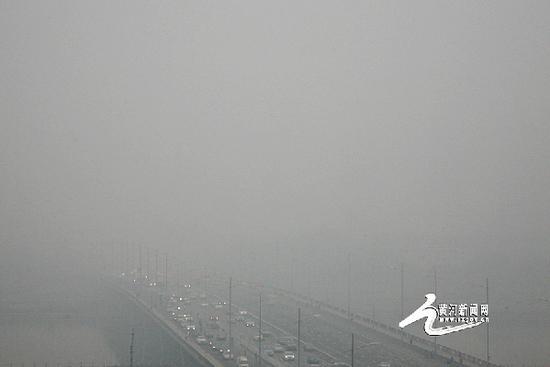 资料图片:2016年11月18日被雾霾笼罩的太原迎泽大桥。