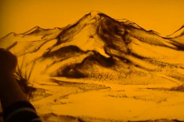 山西姑娘用沙画描绘最美家乡