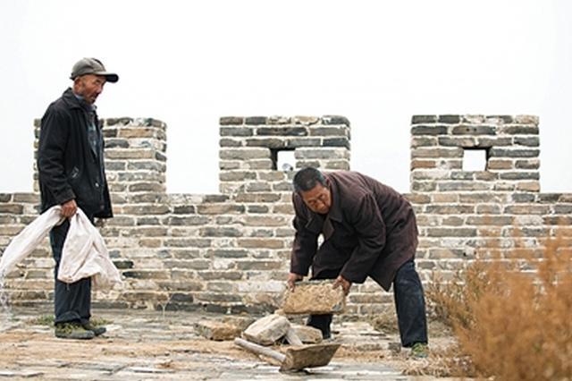 山西七旬农民拆自家院墙修长城 50年前曾从长城拆砖