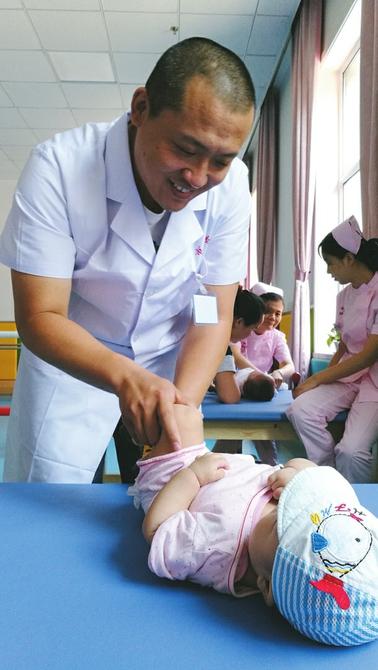 医生为患儿进行康复治疗。