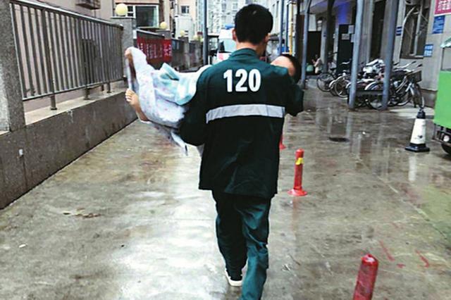 太原医生冒雨抱6岁高热惊厥小孩紧急救护