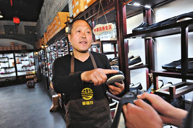 山西:四代人传承制鞋手艺 建起鞋文化博物馆