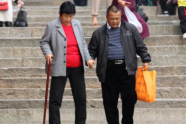 """老年人""""非婚同居""""有风险 可签婚前协议或立遗嘱"""