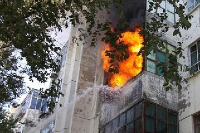长治壶关居民家起火 小伙爬楼砸窗3次冲火海救老人
