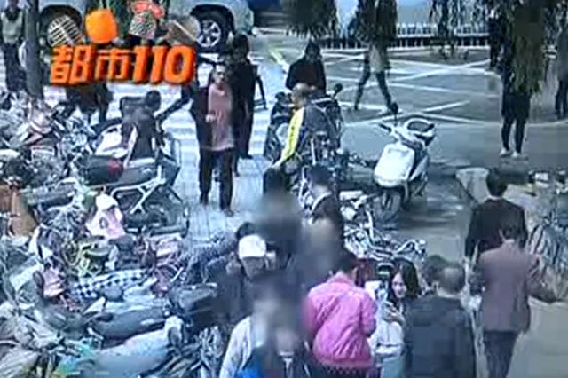 """视频丨太原:女子遭遇""""抱大腿""""1分钟后金手镯丢失"""