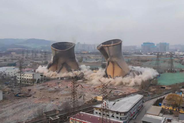 太原最老热电厂爆破拆除 105米高冷却塔10秒倒下