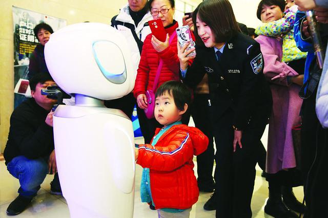 """山西首台警务机器人""""小晋""""太原上岗"""