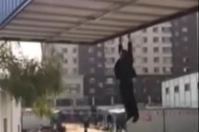 视频丨太原两房产公司争地 员工趴集装箱高空坠落