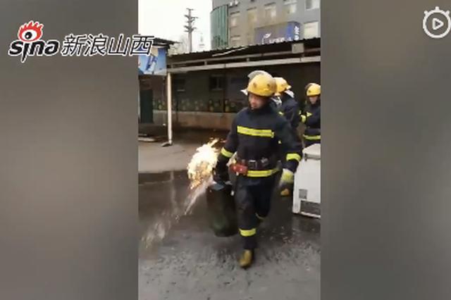 视频丨忻州:烧烤店着火 消防员徒手拎出喷火煤气罐