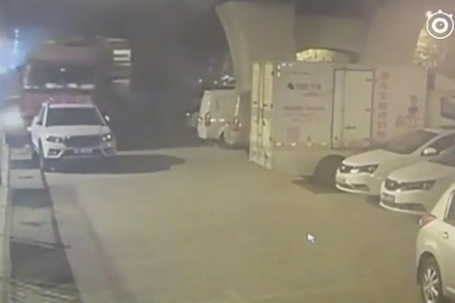 视频丨太原一满载重型货车冲入停车场连撞12车