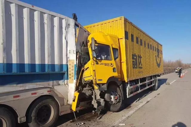 山西:二广高速上快递货车司机犯困导致追尾事故