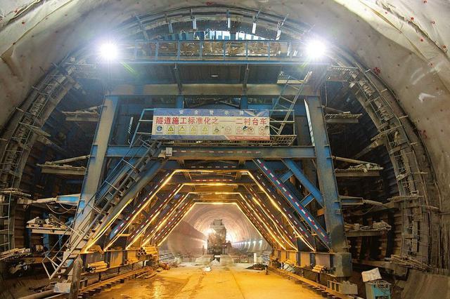 太焦高铁长治段五谷山2号隧道全线贯通