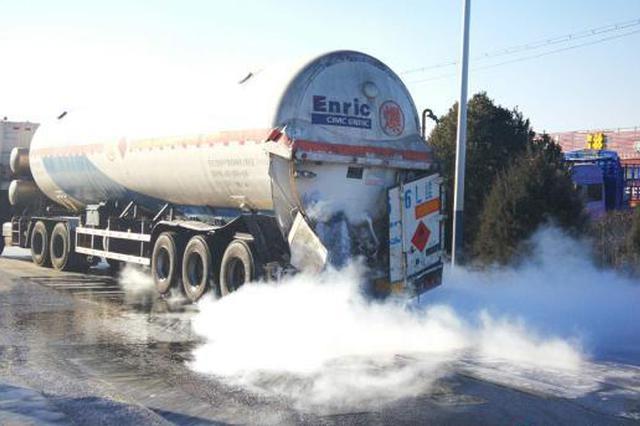 晋中:罐车被追尾阀门损坏 22吨液化气5个小时漏完