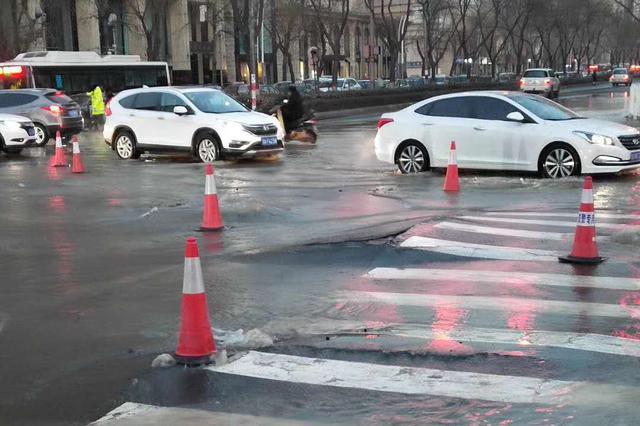视频丨太原新建路水西关街口水管泄露导致路面塌陷