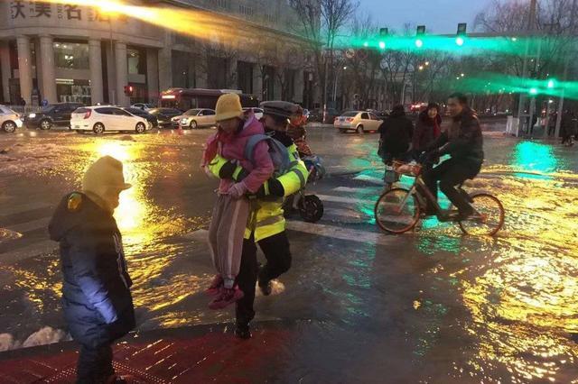 太原:早高峰遭遇爆水管 多部门人员进行紧急抢修
