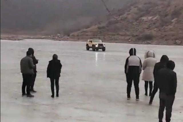 宁武一轿车结冰湖面漂移时落水 3人死亡2人获救