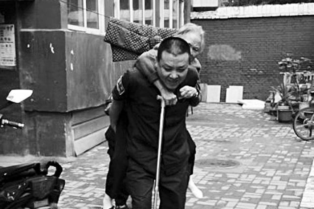 太原八旬老人摔傷 腰椎間盤膨出的急救人背患者下樓