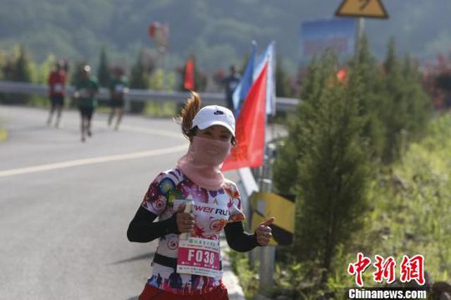 """500余选手齐聚""""华北绿肺""""角逐山地马拉松赛"""