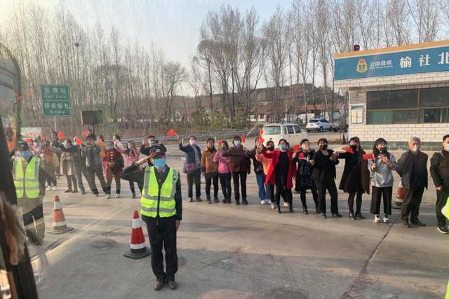 山西榆社火灾救援力量撤离 民众夹道欢送