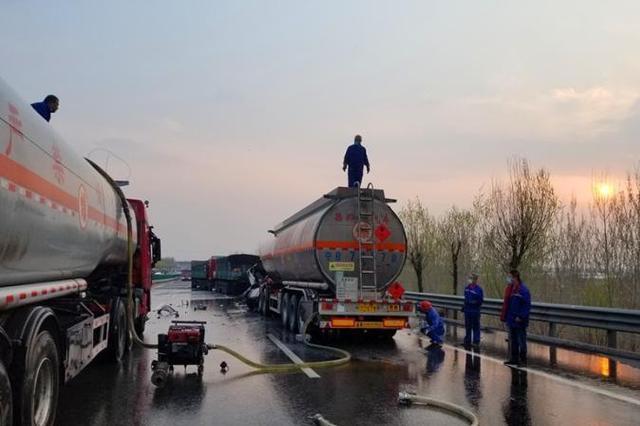 山西:34吨油罐车罐体被撞破裂汽油大量外泄