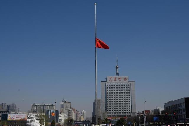 清明节:山西太原五一广场降下半旗志哀