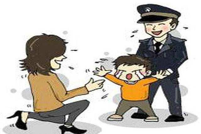 """民警变临时""""奶爸"""" 帮两岁走失女童找妈妈"""