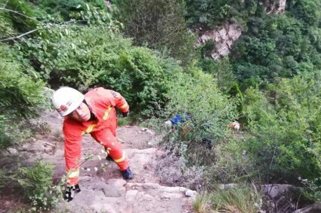 山西灵石:驴友穿越山区坠崖 救援持续13个小时