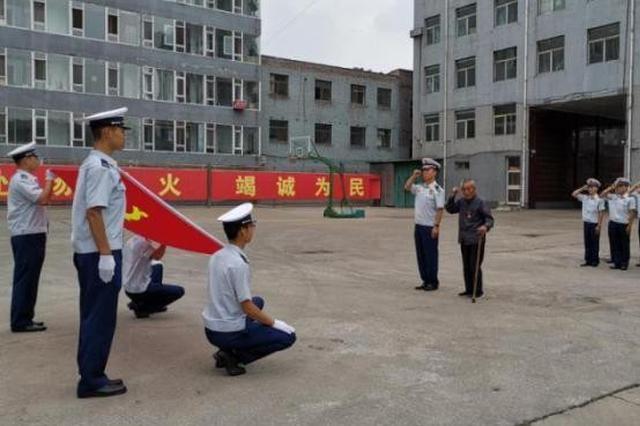 """消防员热传""""90岁老兵拄拐重温入党誓词""""照片"""