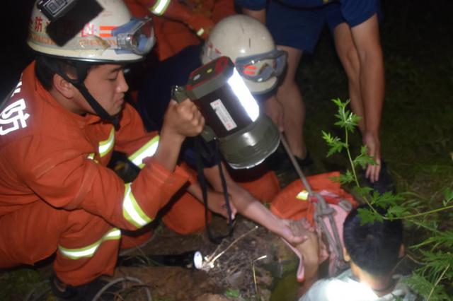 长治一男子跌入六米深枯井 消防员10分钟成功解救