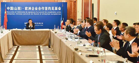 骆惠宁主持中国(山西)·欧洲企业合作签约见面会并与企业家进行交流。孙景凡摄