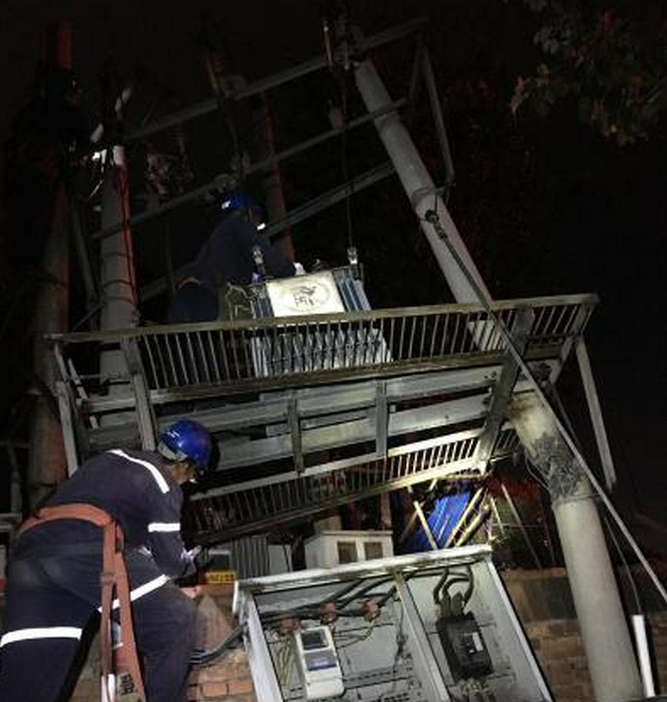 应对强降雨 山西晋城抢修受灾供电线路