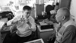 刘重明给顾客讲手表的情况。
