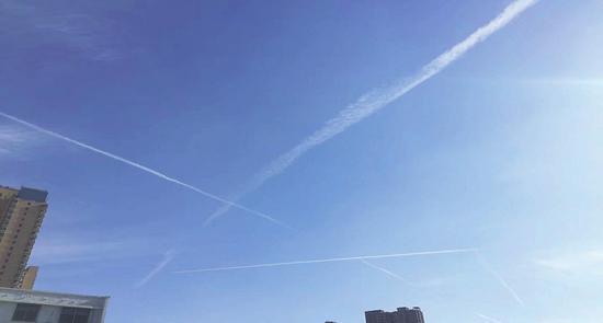 省城太原的天空,飞机飞过的痕迹清晰可见。 (资料图片)