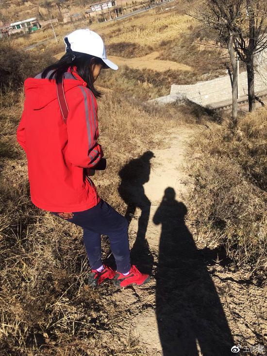 爬山的山路还是比较陡的,很少走山路,不太敢走。