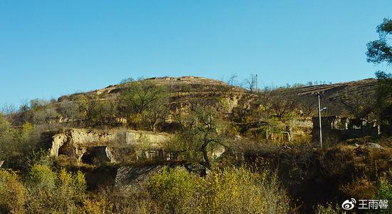 东关口村的古窑洞以及山上的土城堡,只是这个角度只能看到一点点。