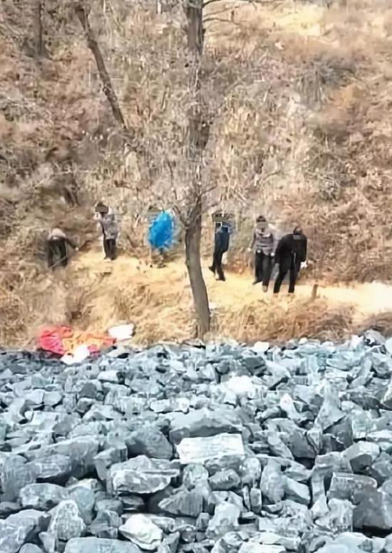 11月5日,村民和家属下到煤矸石坡下,准备抬尸,随后5人倒下身亡。 村民手机视频截图