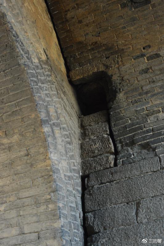 曾经有高大厚实的关门,大门一关,可以抵御外侵。只可惜大门早无踪影。