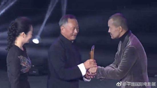赵涛与著名演员廖凡共同为杜琪峰颁发荣誉