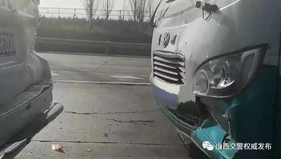 两车高速追尾停匝道争论 后方车辆被迫减速
